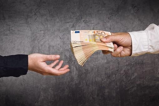 Voit hakea lainaa 1500 euroa heti tilille netistä etkä tarvitse takaajia tai vakuuksia.